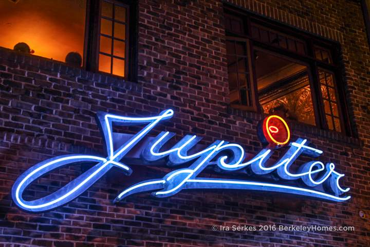 berkeley-ca-downtown-neon-jupiter-beer-pub-2181-shattuck-avenue-sign-people-right-4-2