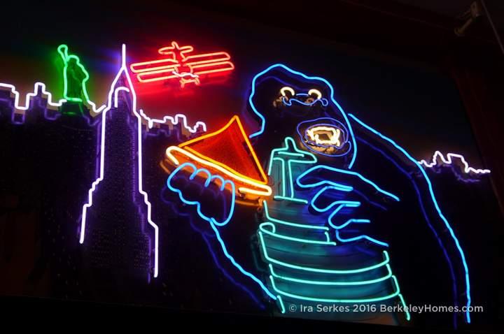 berkeley-ca-downtown-restaurant-arinell-pizza-neon-2119-shattuck-2